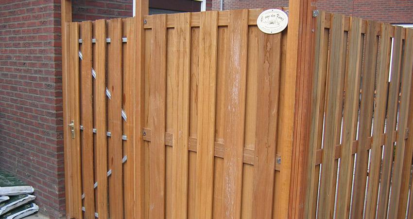 Erfafscheiding hoog: Bangkiray plankenscherm / poort op metalen frame