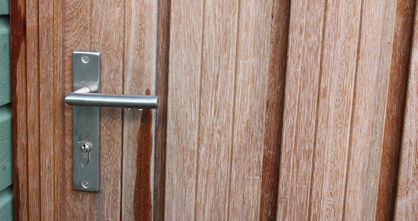 Erfafscheiding hoog: Detail RVS poortbeslag