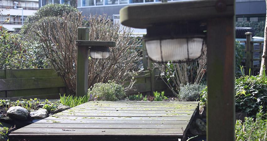 Tuinverlichting/electra: Verweerde tuinlamp Hillhout